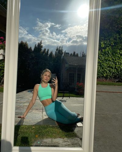 Maddie Ziegler Flaunts Her Toned Tummy in Gorgeous Outdoor Selfies: 'OK, Abs!!!'