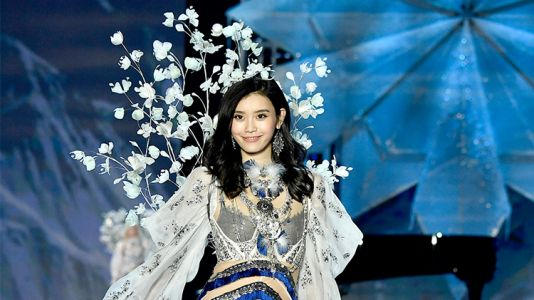 Twitter Slams CBS for Airing Footage of Model Ming Xi's Fall at the VS Fashion Show 2017
