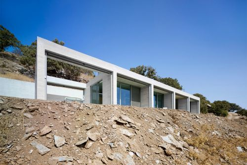 The Parallel House Fits in Perfectly With Its Hillside Surroundings