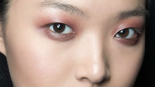 13 Trendy Pink and Red Eye Shadows to Try Right Now