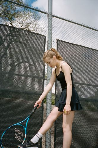 On the tennis court with Grace Van Dien