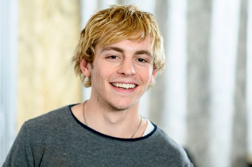 Who is Ross Lynch and why is he suddenly blowing up Twitter?