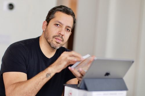 David Blaine brings magic to coronavirus patients, medical workers