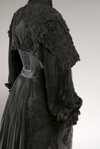 Up Close: Mourning Dress, 1903-1907